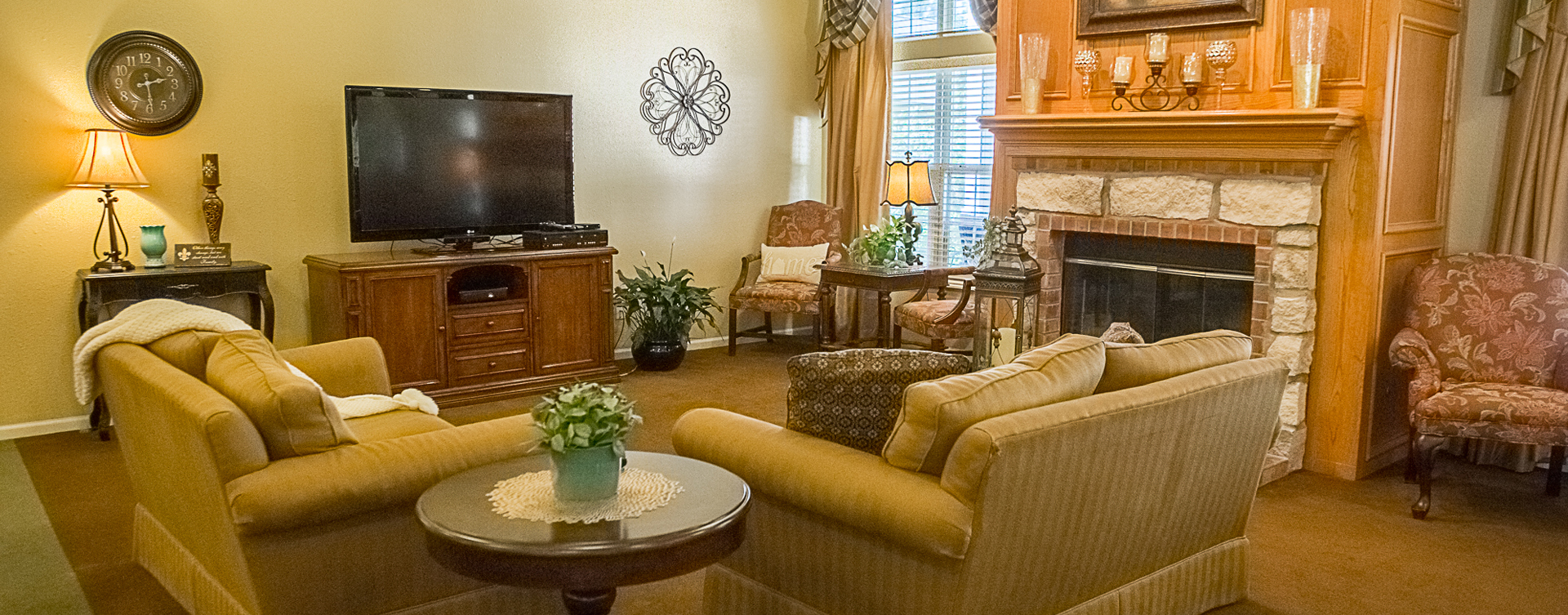 Socialize with friends in the living room at Bickford of Muscatine