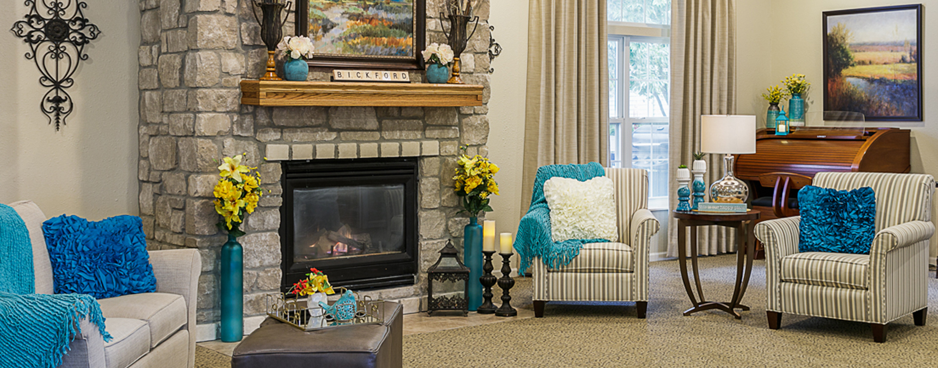 Socialize with friends in the living room at Bickford of Omaha - Blondo